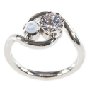 Verlobungsring aus Weißgold, gefasst mit einem Australischen Diamanten und einem Mondstein